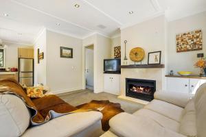A seating area at Rockwood - Wanaka Holiday Home