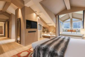 A bed or beds in a room at Hôtel Mont-Blanc Chamonix