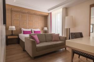 A seating area at Hôtel Mont-Blanc Chamonix