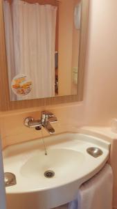 A bathroom at Premiere Classe Plaisir
