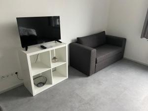 A television and/or entertainment centre at Aachener Ferienwohnung
