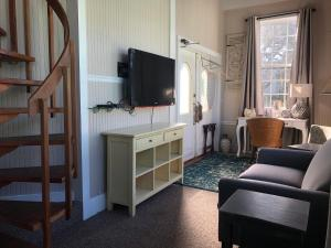 A television and/or entertainment center at Tybee Island Inn Bed & Breakfast