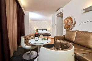 A seating area at Urban Hotel Amadeos