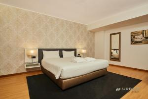 A bed or beds in a room at Urban Hotel Amadeos