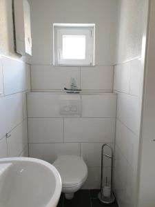 A bathroom at Gästehaus Holiday