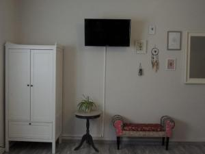A television and/or entertainment center at Gästehaus Holiday