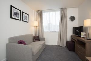 A seating area at Staybridge Suites Birmingham, an IHG Hotel
