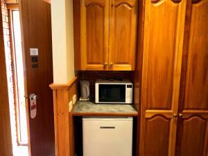 A kitchen or kitchenette at Victoriana Motor Inn