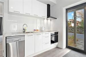 A kitchen or kitchenette at The Sombre Duck - Cardrona Holiday Apartment