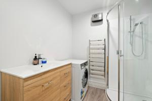 A bathroom at The Sombre Duck - Cardrona Holiday Apartment