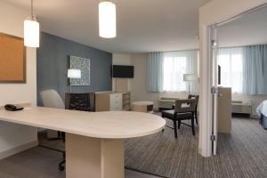 Ein Sitzbereich in der Unterkunft Candlewood Suites Miami Intl Airport - 36th St, an IHG Hotel