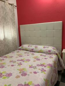 A bed or beds in a room at Hostal El Emigrante