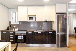 A kitchen or kitchenette at Flaugier Apartments