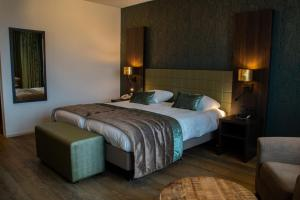 A bed or beds in a room at Landgoed Hotel Tatenhove Texel