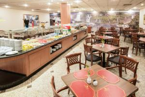 A restaurant or other place to eat at Golden Park Internacional Foz & Convenções