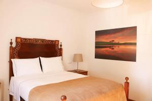 A bed or beds in a room at Monte da Floresta B&B