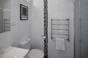 A bathroom at Merivale Motel