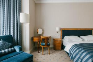 A bed or beds in a room at Hotel Fürstenhof Leipzig