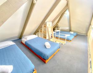 A bed or beds in a room at Kellys Beach Resort