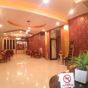 A restaurant or other place to eat at VIP Hotel Cianjur