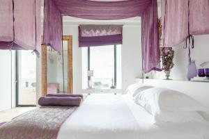 A bed or beds in a room at Torre de Palma Wine Hotel - Design Hotels