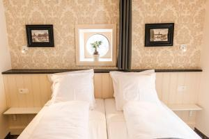 A bed or beds in a room at Duke of Ghent