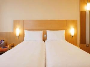 A bed or beds in a room at ibis London Blackfriars