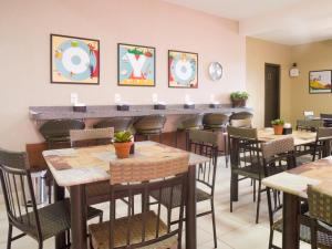 A restaurant or other place to eat at OYO Athenas Apart Hotel