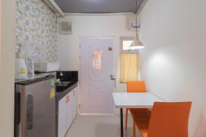A kitchen or kitchenette at Baansuanprannok Hotel