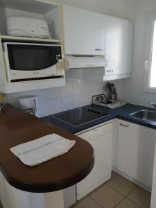 A kitchen or kitchenette at Lagrange Vacances Le Hameau De Peemor Pen