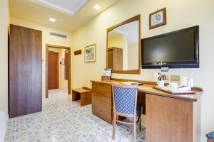 A television and/or entertainment centre at Best Western Hotel La Solara