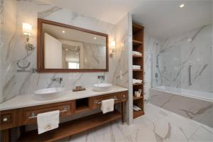 Łazienka w obiekcie Royal Blue Hotel