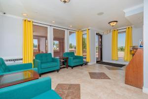 A seating area at Super 8 by Wyndham Colorado Springs/Chestnut Street