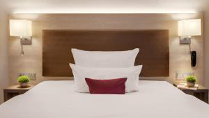 A bed or beds in a room at Hotel Newton Heilbronn