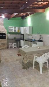 A kitchen or kitchenette at LINDO SOBRADO COM PISCINA PARA ATÉ 10 HÓSPEDES!