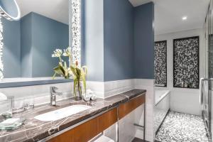 A bathroom at Hilton Rotterdam
