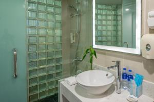 حمام في هوليداي إن إكسبريس جاباي شنغهاي