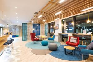The lounge or bar area at Holiday Inn Express - Stockport, an IHG Hotel