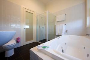 A bathroom at Longview Vineyard