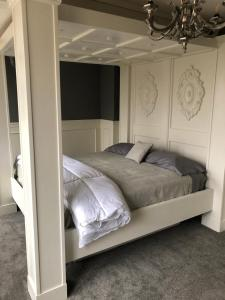 A bed or beds in a room at Rader Manor