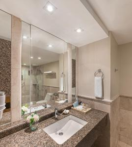 A bathroom at Henann Garden Resort