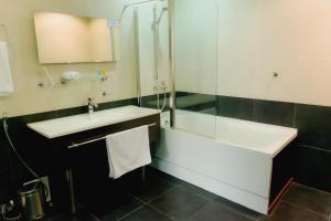 A bathroom at Sapar Standart Hotel