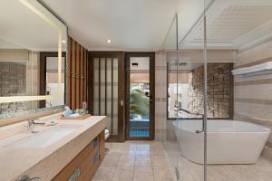 A bathroom at Henann Lagoon Resort