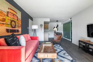 A seating area at WanderJaunt - Holker - 1BR - North Phoenix