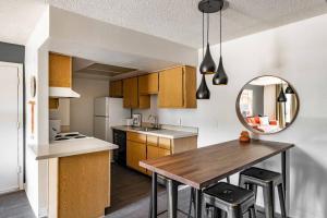 A kitchen or kitchenette at WanderJaunt - Holker - 1BR - North Phoenix