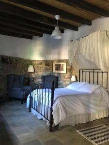 A bed or beds in a room at To Spiti Sto Xorko