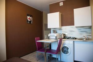 Кухня или мини-кухня в Ваша Зона Комфорта На проспекте Астрахова 6 Студия Лондон