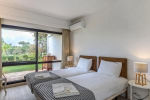 A bed or beds in a room at FLH Victory Village Apartamento Quinta do Lago