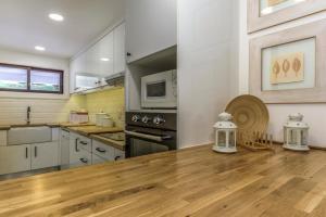 A kitchen or kitchenette at FLH Victory Village Apartamento Quinta do Lago