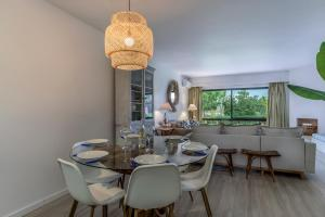 A restaurant or other place to eat at FLH Victory Village Apartamento Quinta do Lago